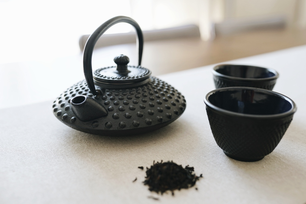 Black teapot and loose leaf tea